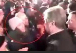 Порошенко сорвал шапку с девушки в Запорожье – все подробности, видео