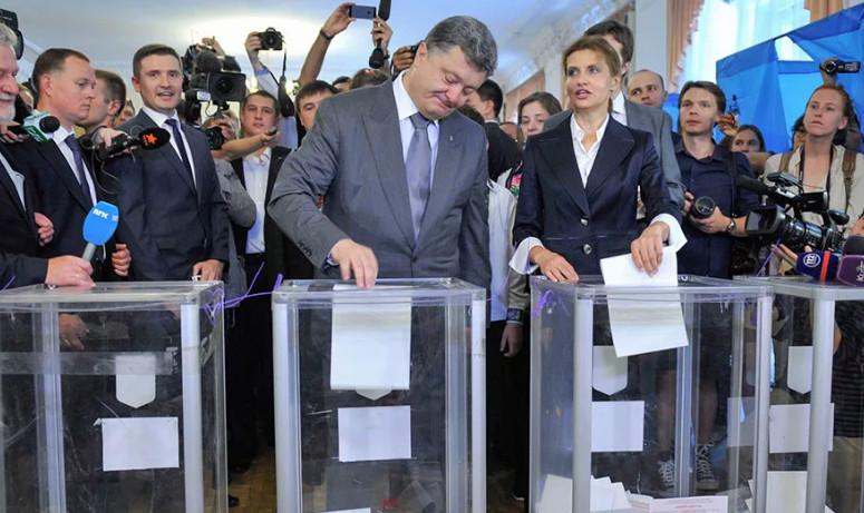 Фото как глава Украины опускает белютень